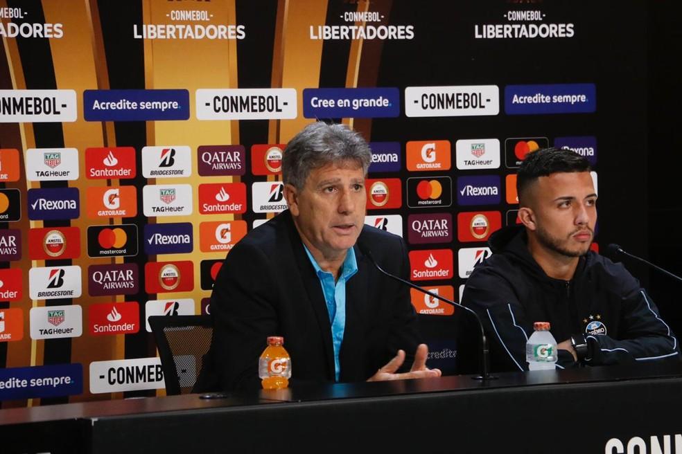 Renato e Matheus Henrique após Grêmio 2 x 0 Libertad — Foto: Eduardo Moura
