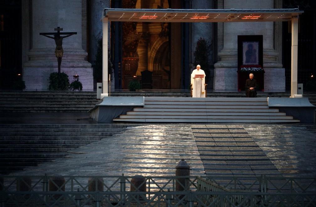 Papa faz missa na Praça São Pedro vazia nesta sexta (27) — Foto: Guglielmo Mangiapane/Reuters