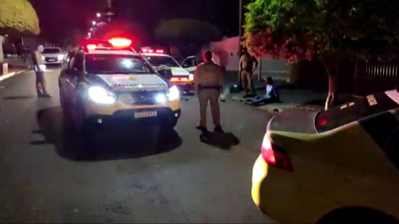 Motorista de aplicativo detém assaltante após bater em traseira de moto em Londrina, diz polícia