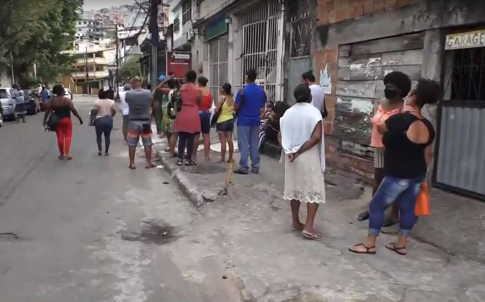 Pacientes formam longas filas para tentar agendar consulta no sistema público de saúde de Salvador