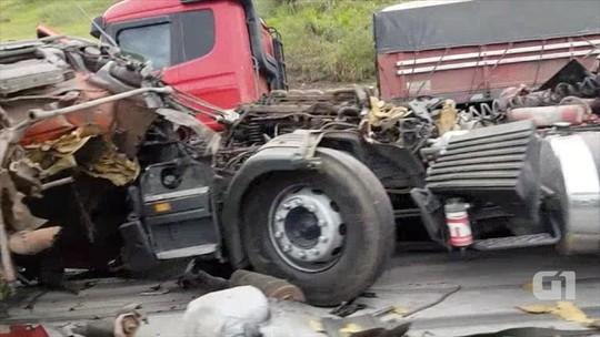 Acidente entre três caminhões deixa motorista ferido na Dutra