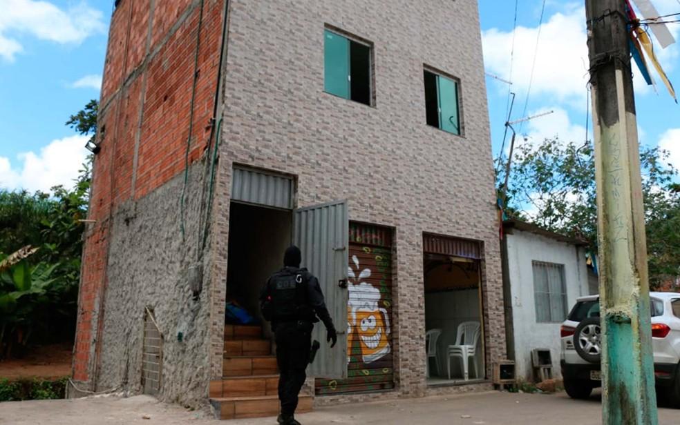 Imóvel onde funciona bar e droga foi achada por cão no bairro de São Caetano, em Salvador  (Foto: Divulgação/SSP-BA)