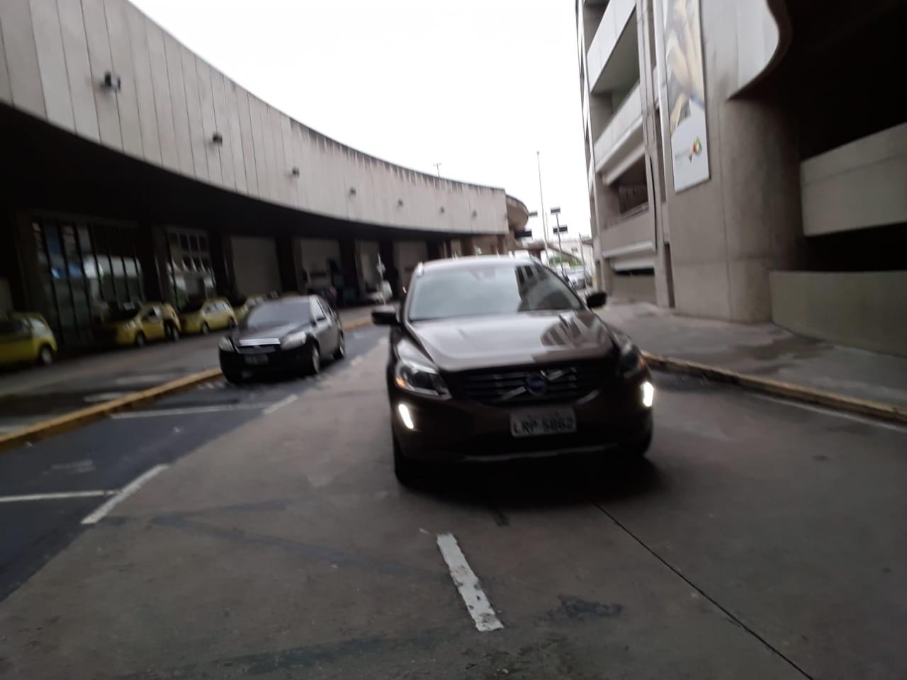 O carro em que Moreira Franco deixou o aeroporto