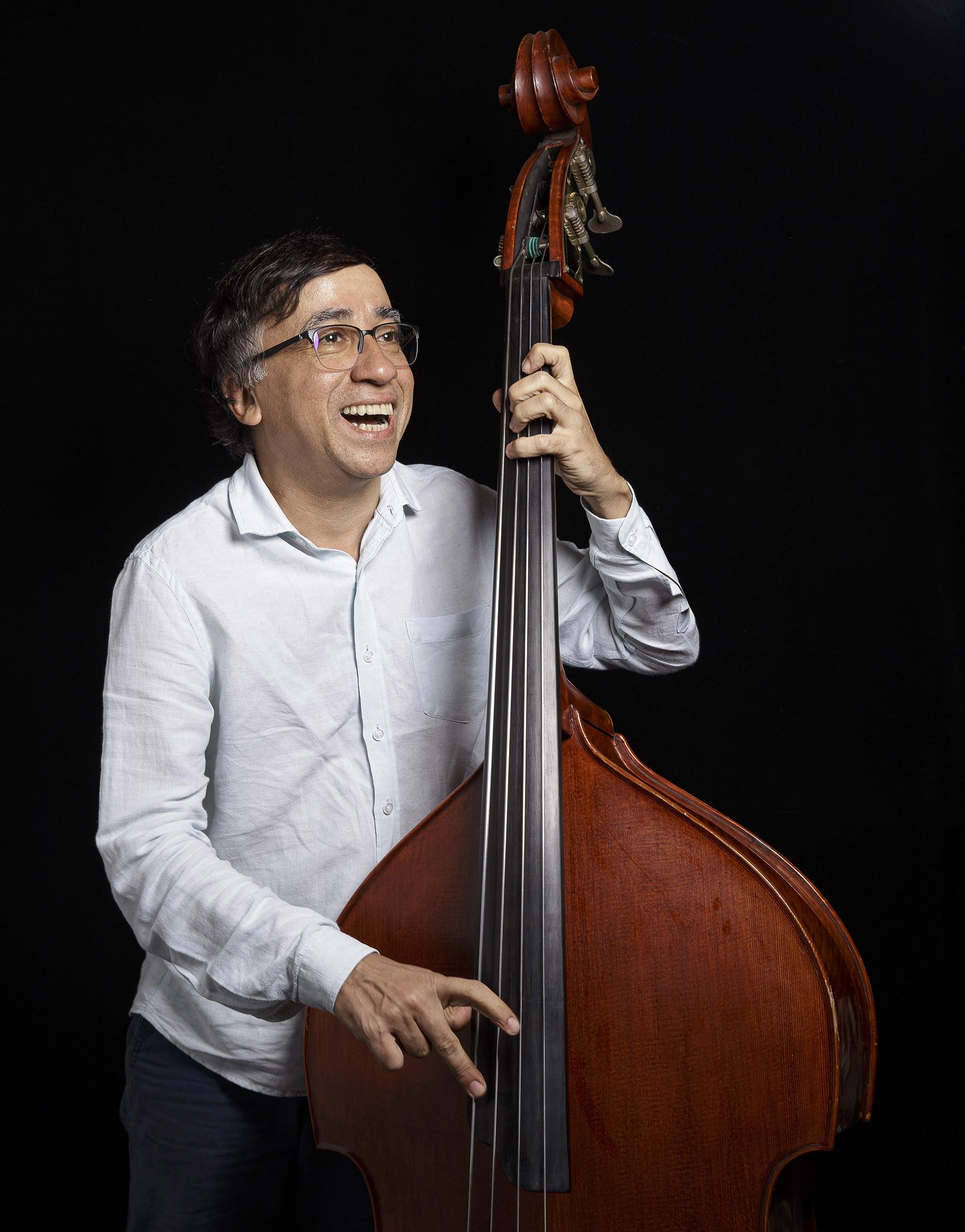 Baixista da MPB, Jorge Helder cai no samba-jazz no primeiro álbum em 40 anos de carreira