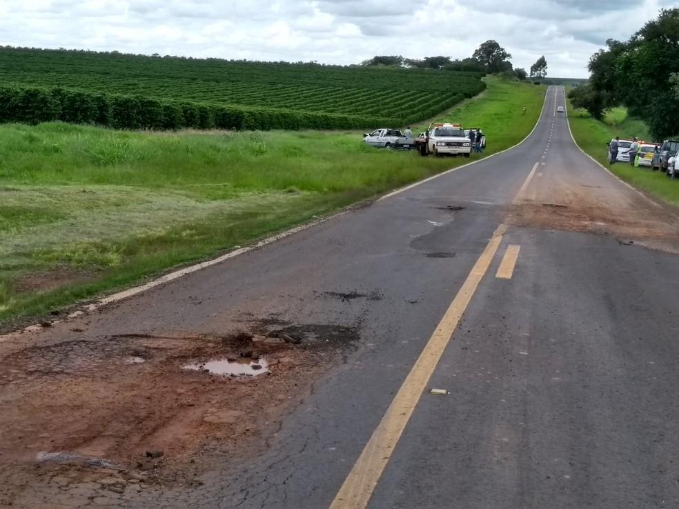 Motorista tentou desviar de buraco na SP-331 e atingiu carro que seguia na pista contrária  (Foto: José Roberto Bergamin/Alvinlândia)