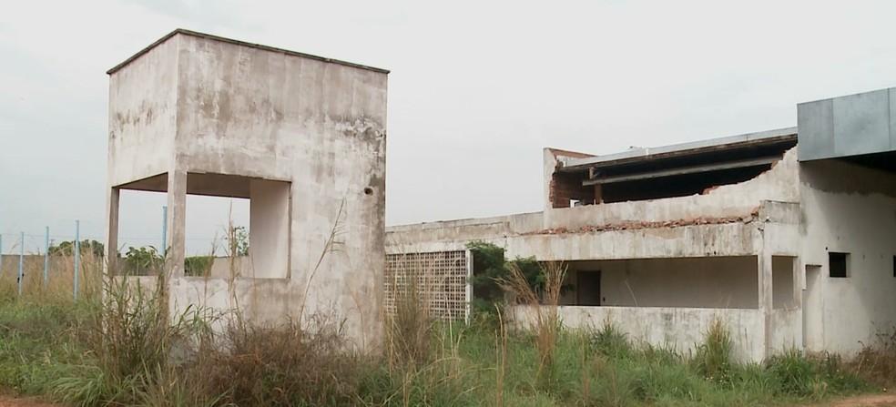 As obras da Funac iniciadas em 2014 continuam paradas e todo o prédio sofre com a ação do tempo — Foto: Reprodução/ TV Mirante