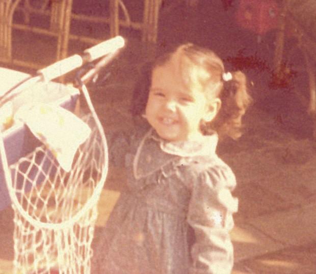 Essa é Deborah, aos 2 anos… (Foto: Arquivo Pessoal)