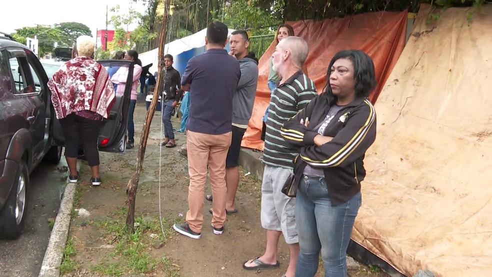 Pais esperam em fila para matricular filhos em escola da Zona Sul. — Foto: Reprodução/TV Globo