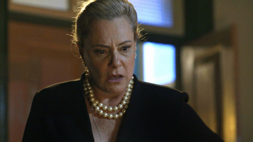 Mirtes (Elizabeth Savala) fica em choque ao escutar conversa na pousada de Ondina (Ana Beatriz Nogueira), em 'O Sétimo Guardião' — Foto: TV Globo