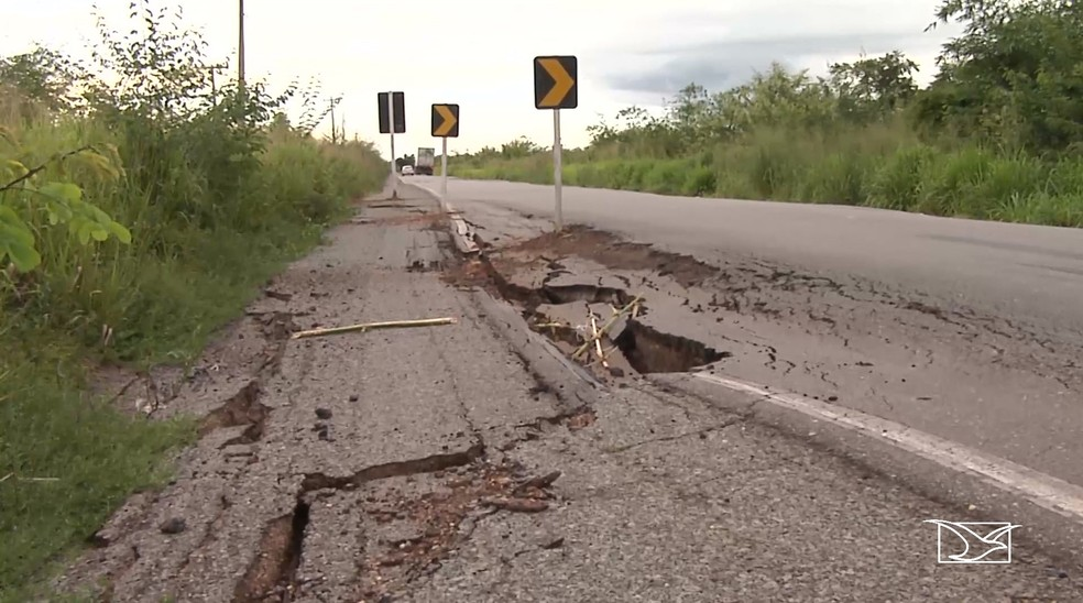 Em parte da BR-316 o asfalto está cedendo e aumentando o risco de acidentes  — Foto: Reprodução/TV Mirante