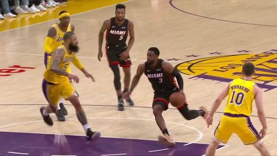 """Com emoção até o fim, Lakers batem Heat no último duelo entre os """"irmãos"""" Lebron e Wade"""