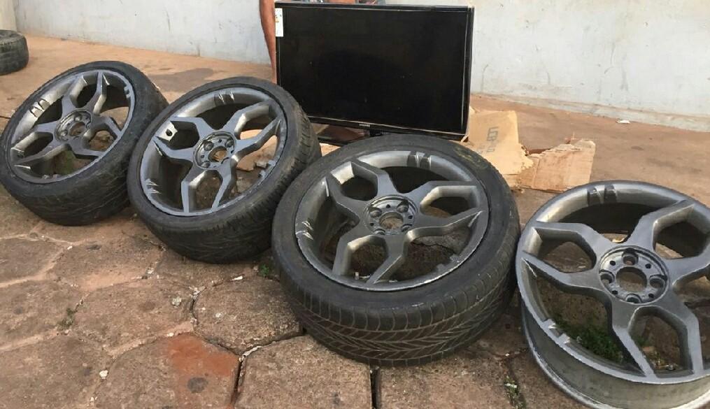 Polícia encontra pneus, rodas e até TV em carro com suspeito de receptação - Notícias - Plantão Diário