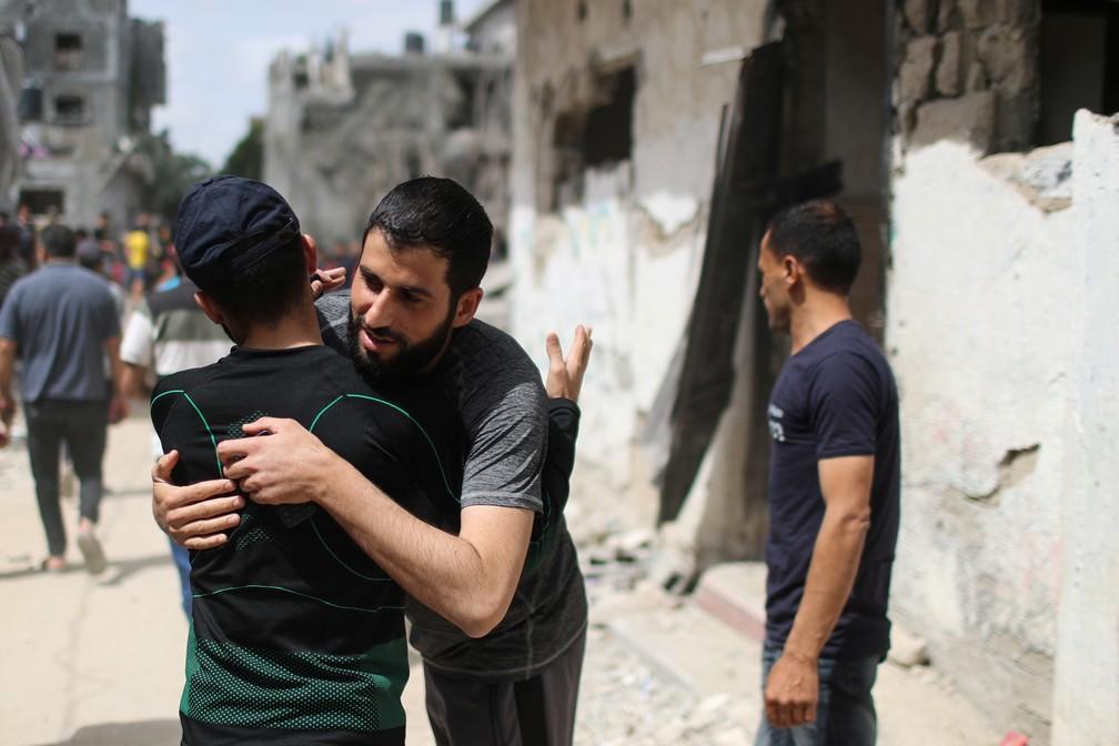 Palestinos se abraçam em Beit Hanoun, norte da Faixa de Gaza — Foto: Mohammed Salem/Reuters