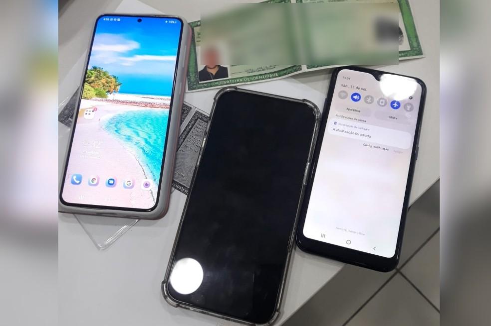 Três celulares e o documento falso foram apreendidos com o homem, em Fortaleza. — Foto: PMGO/Reprodução
