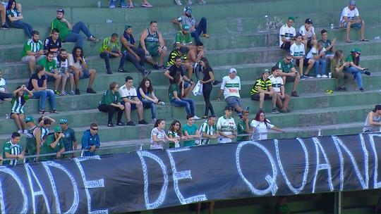 Antes de vitória, torcedores do Coritiba fazem protesto com faixa por má fase