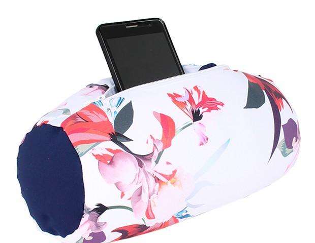 Almofada Rolo Pocket Floral | O rolinho multiuso serve para apoiar qualquer parte do corpo | Da FOM, R$129,00 (Foto: Divulgação)