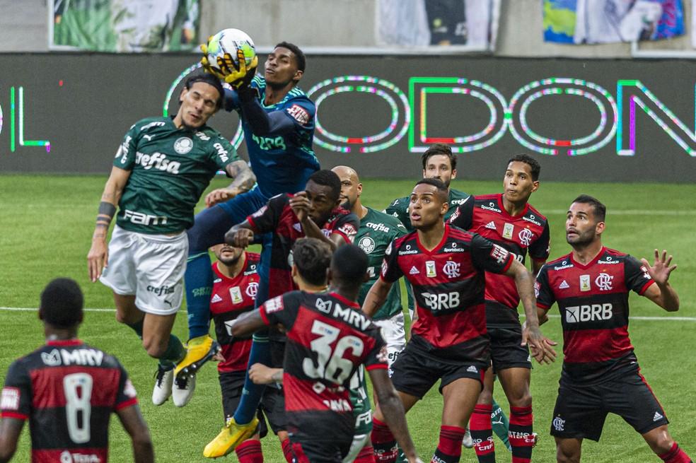 Hugo Souza  faz a defesa no Flamengo x Palmeiras — Foto: Anderson Lira/Agência Estado
