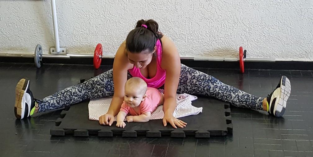 Carolliny idealizou as aulas com mães e bebês após o nascimento da filha Olívia (Foto: Ana Marin/EPTV)