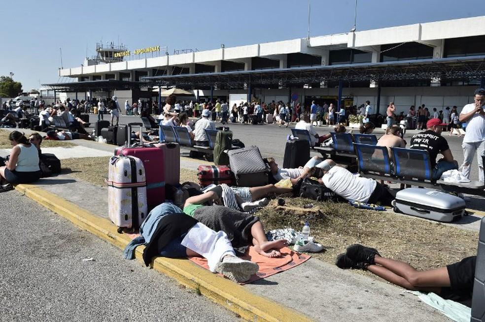 Turistas enfrentam atrasos nos voos no aeroporto da ilha de grega de Kos, nesta sexta-feira (21) (Foto: Louisa Gouliamaki / AFP )