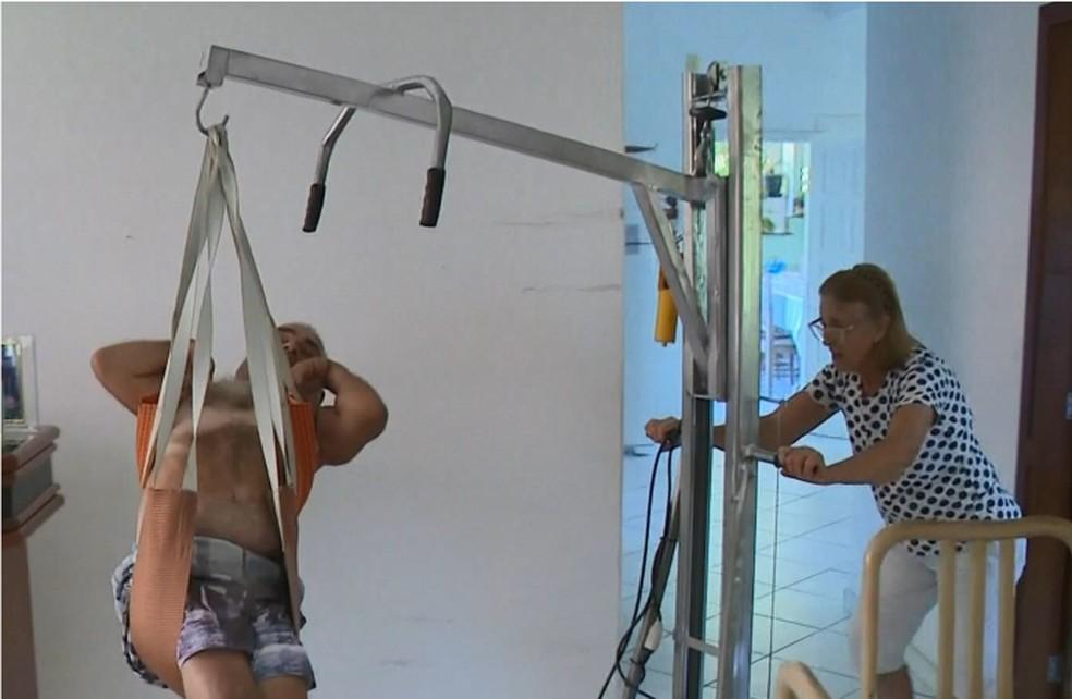 Dona Áurea, mãe de Márcio Antônio, usa guindaste para transportar filho — Foto: Reprodução/TV Gazeta