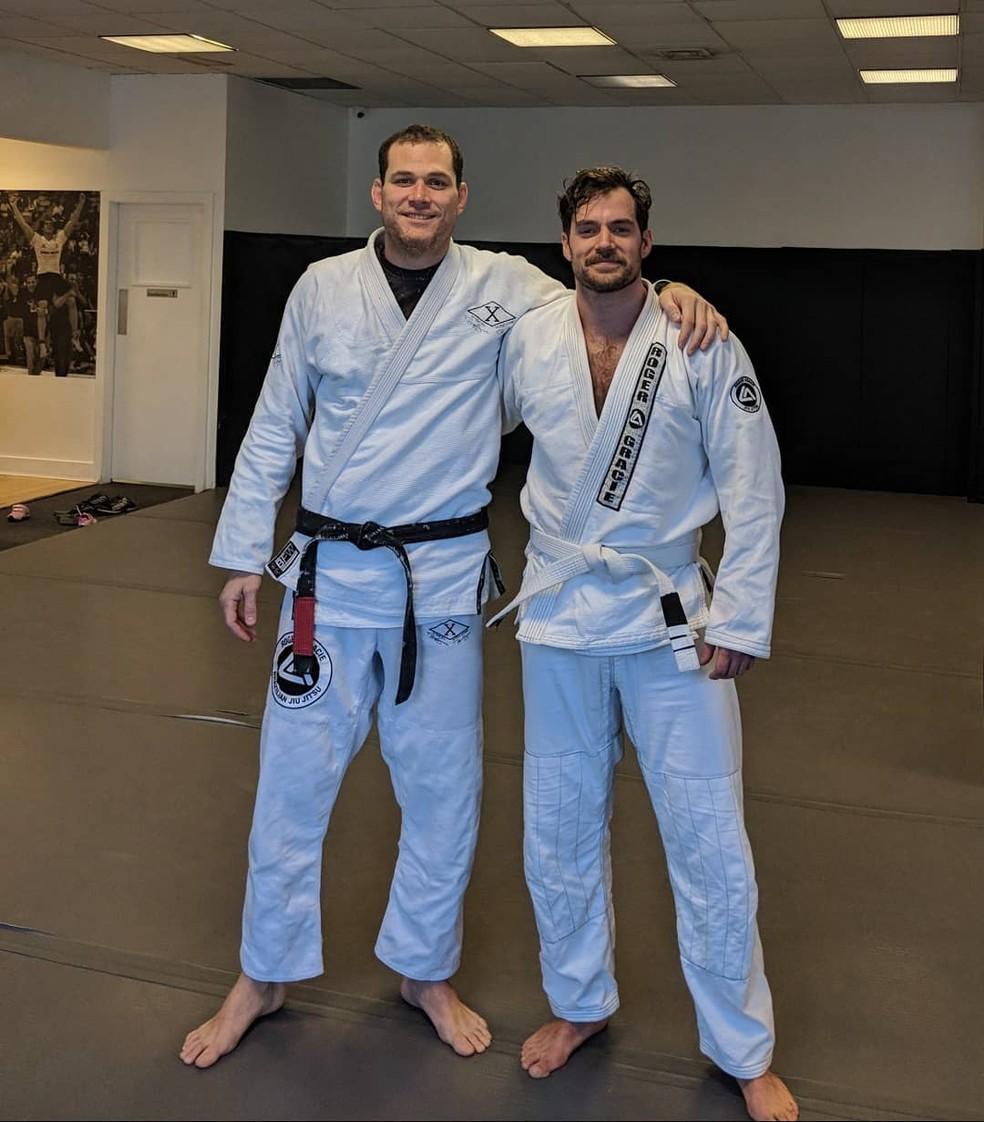 Henry Cavill com o professor e lutador carioca Roger Gracie na aula de jiu-jítsu   — Foto: Reprodução