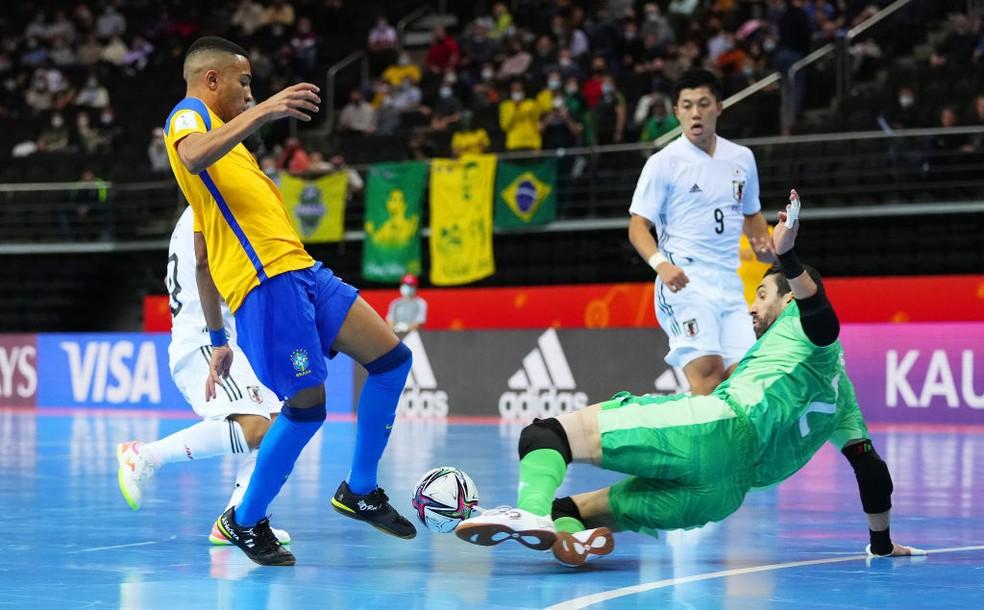 O goleiro Higor divide com Leozinho e evita o gol brasileiro — Foto: Angel Martinez/FIFA