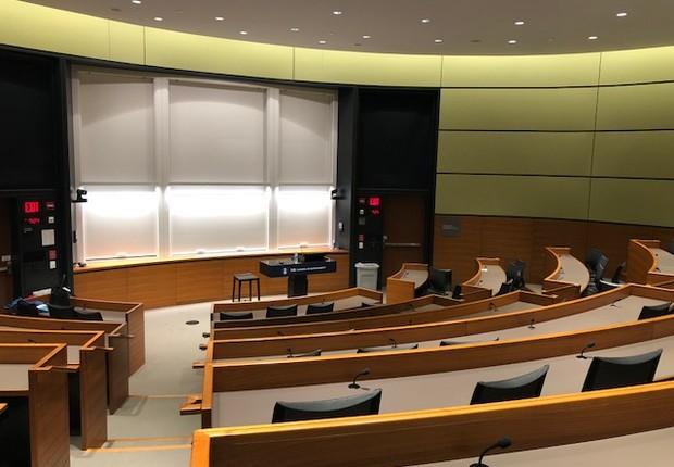 Sala de aula, com microfone individual para todos os alunos, tanto para que possam se ouvir melhor, quanto para garantir a qualidade das aulas que são gravadas (Foto: ARQUIVO PESSOAL/FERNANDA LOPES DE MACEDO THEES)