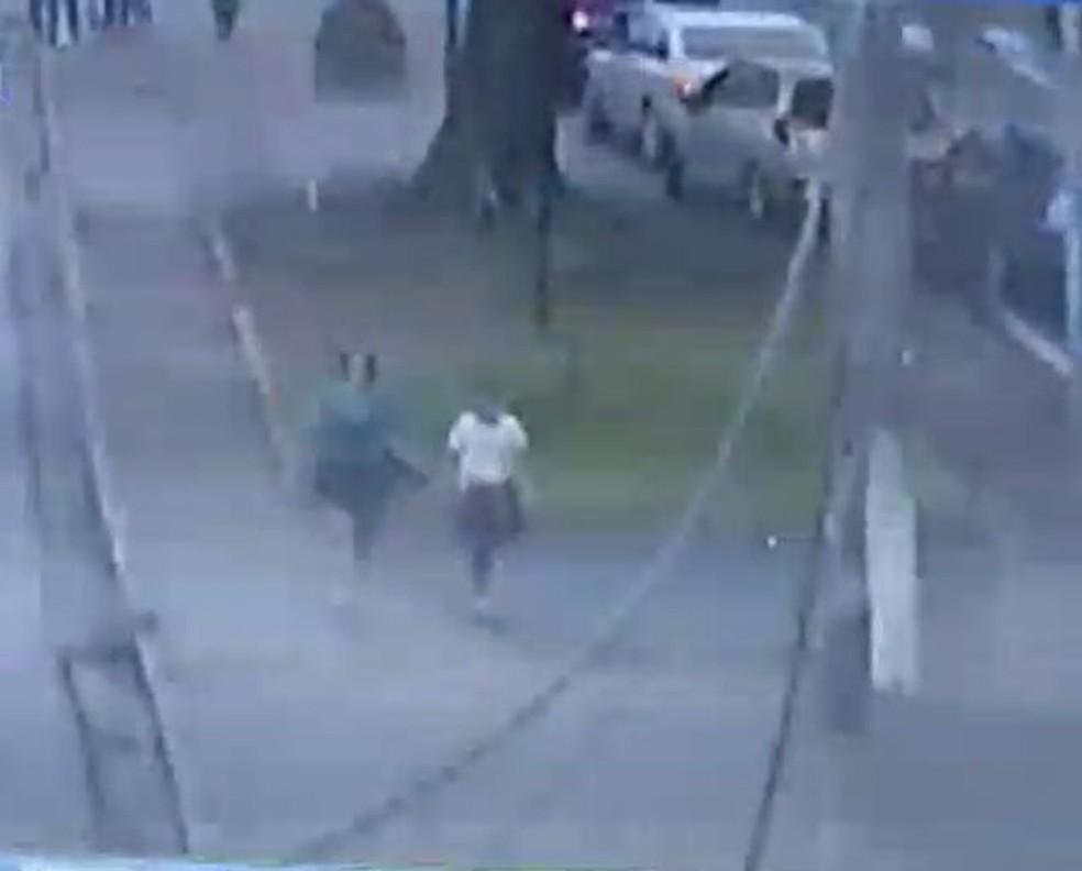Por meio das câmeras da GM, Eleandra identificou o momento que duas mulheres passavam pela avenida (Foto: Guarda Municipal/Divulgação)