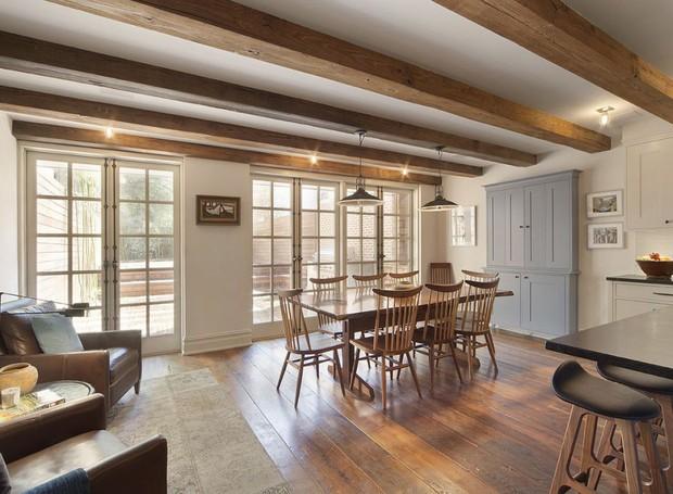 As portas que levam ao terraço trazem luz natural para dentro de casa (Foto: Scott Parks Realty/ Reprodução)