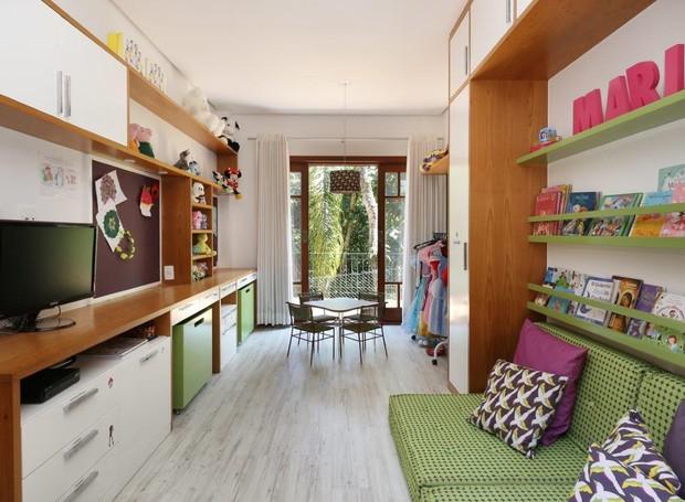 O espaço de 12 m² tem armários junto das paredes para manter a circulação sempre livre para as brincadeiras (Foto: Mariana Orsi)