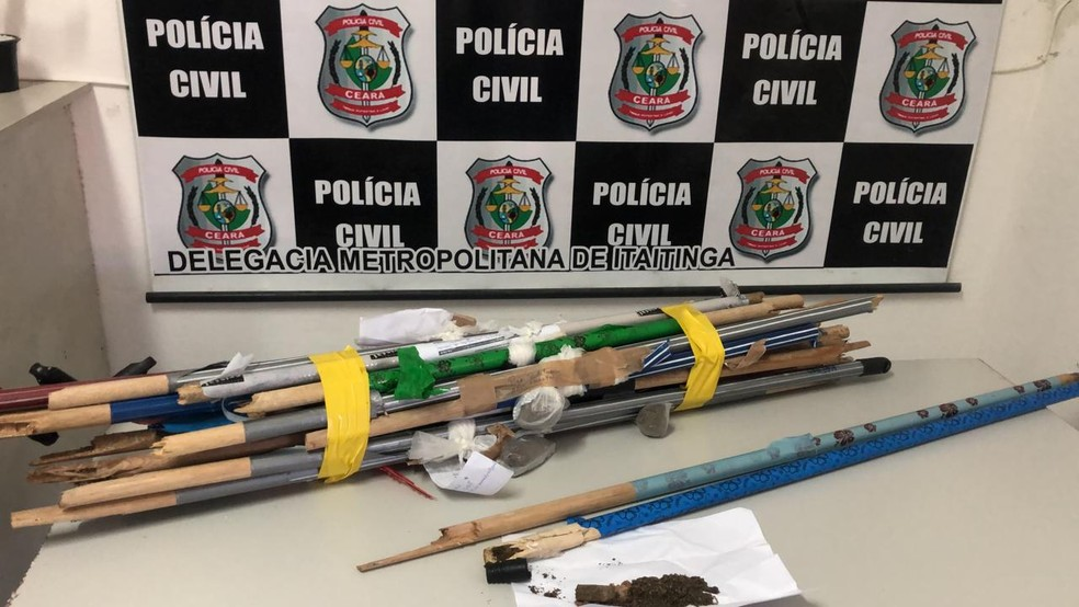 Agentes penitenciários encontram drogas dentro de vassouras em presídio do Ceará — Foto: Paulo Sadat/ Sistema Verdes Mares