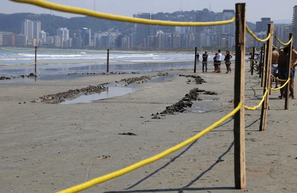 Destroços de navio encontrado são cercados em praia de Santos, SP (Foto: José Claudio Pimentel/G1)