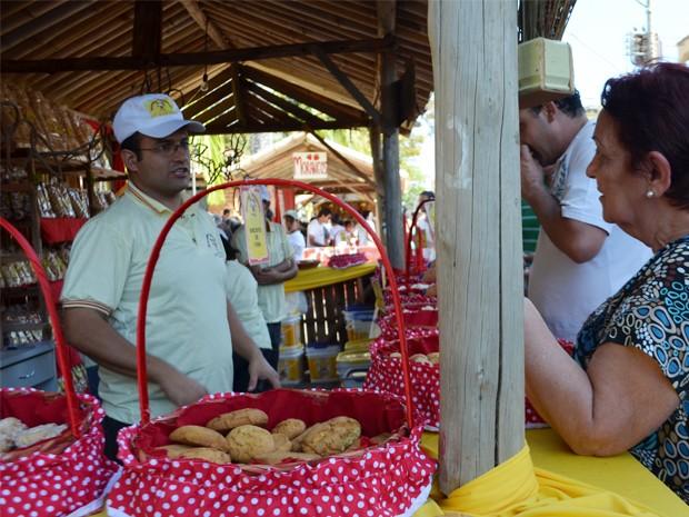 Cinco toneladas de biscoito são servidos de graça em festa em São Tiago (Foto: Samantha Silva / G1)