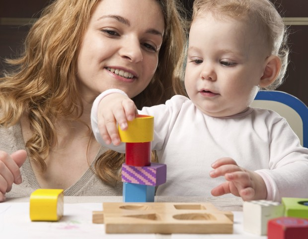 Mãe bebê brincar blocos (Foto: Thinkstock)