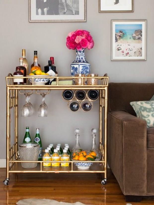 O carrinho de bar tem suporte para vinhos, taças e outras bebidas (Foto: Pinterest/Reprodução)
