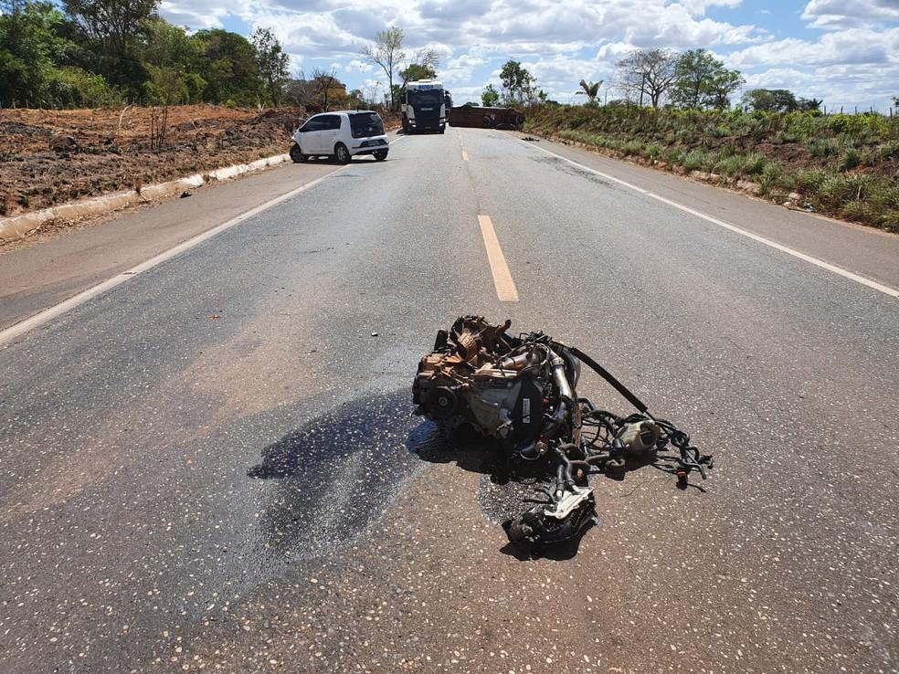 Motor de carro é arrancado após colisão na BR-010, em Imperatriz. — Foto: Divulgação/PRF.