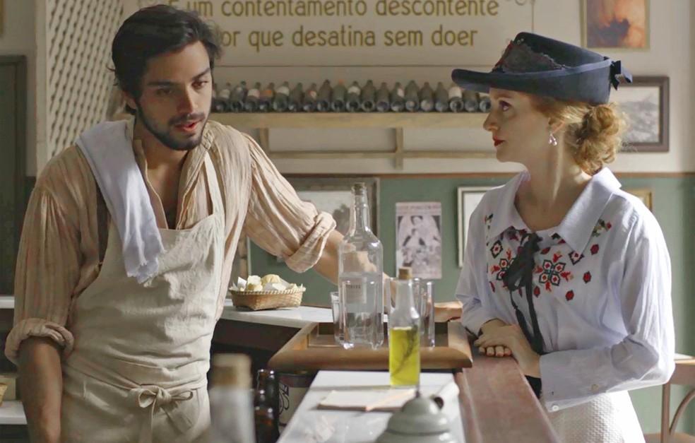 Ludmila passa sermão em Ernesto e pede que ele tome alguma atitude para impedir Ema de se casar sem amor (Foto: TV Globo)