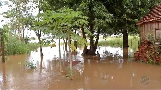 Cheia do Rio Dourados desaloja famílias e interdita balneário em Fátima do Sul, MS