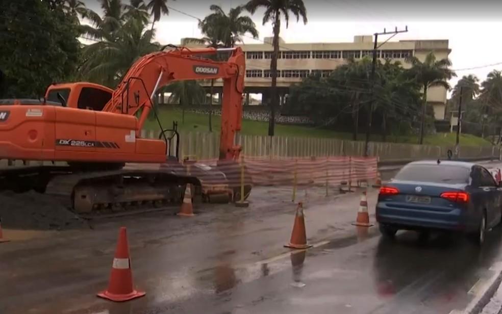 Máquina na Avenida Paulo VI na manhã desta segunda-feira (29), em Salvador — Foto: Reprodução/TV Bahia
