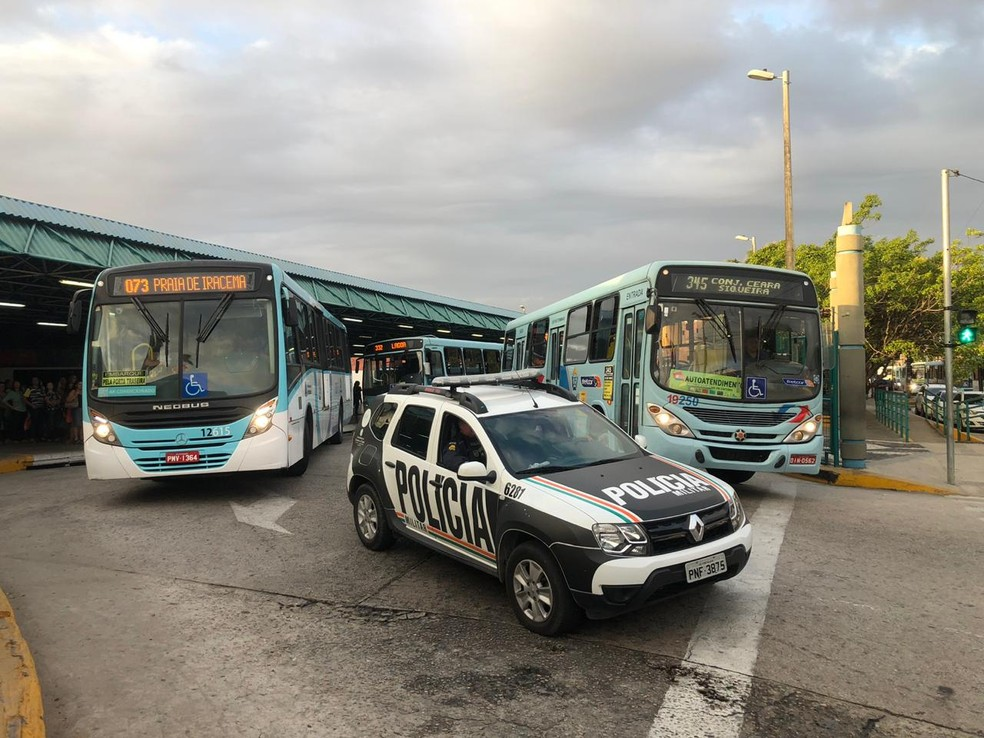 Ônibus saem dos terminais escolatados por policiais em Fortaleza — Foto: Marina Alves/TV Verdes Mares