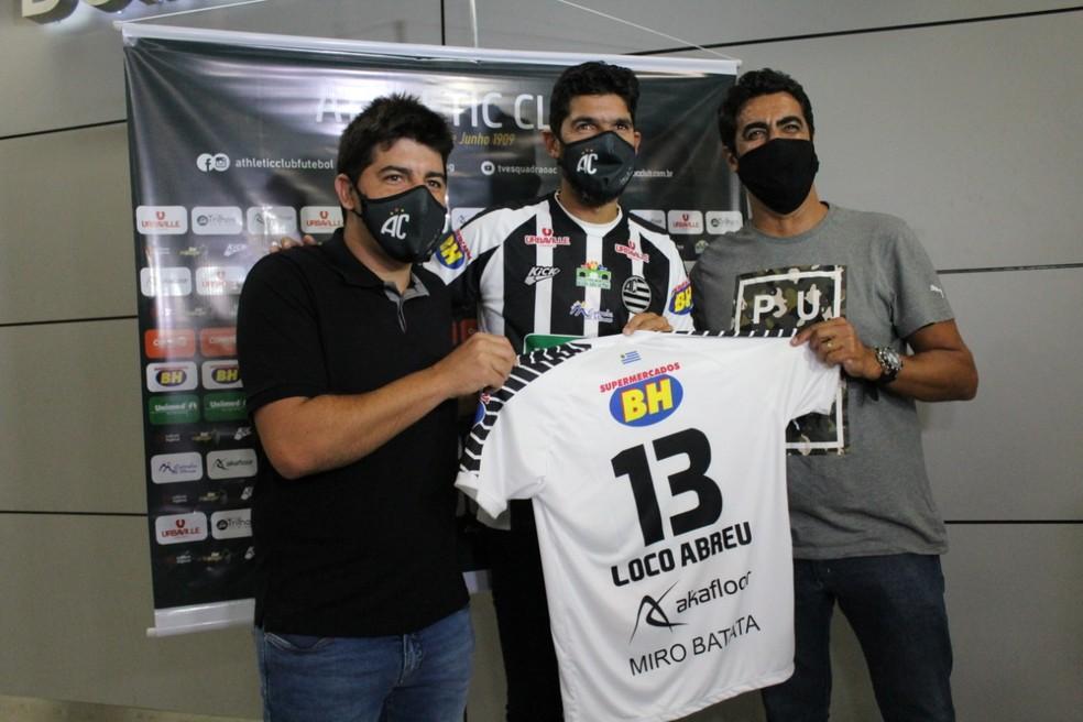 Loco Abreu posa para fotos após vestir a camisa do Athletic Club  — Foto: Fernanda Trindade / Athletic Club