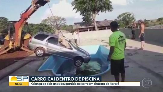 Carro cai dentro de piscina após criança de 2 anos dar partida