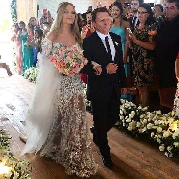 Luísa Sonza e o pai caminham até o altar (Foto: Instagram/Reprodução)