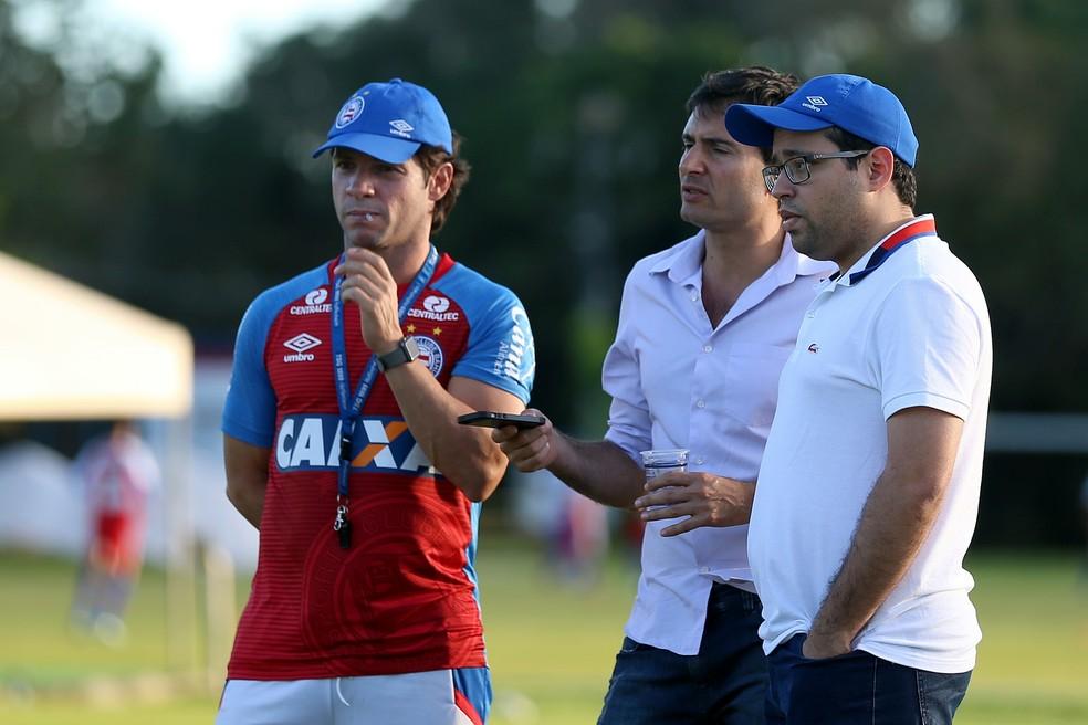 Diego Cerri e Pedro Henriques conversam com Preto Casagrande (Foto: Felipe Oliveira / Divulgação / EC Bahia)