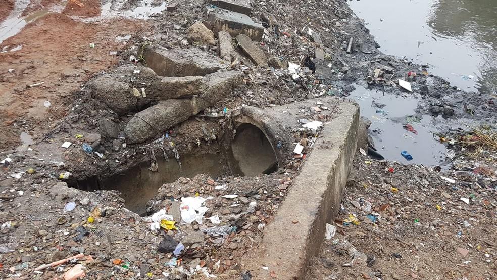 Falta de saneamento nos rios que passam pela comunidade de Manguinhos provoca enchentes na região — Foto: Divulgação