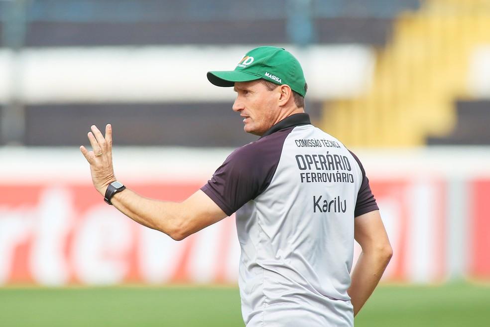 Gerson Gusmão é o treinador mais longevo das três séries, comanda o Operário-PR desde março de 2016 — Foto: José Tramontin / Operário-PR