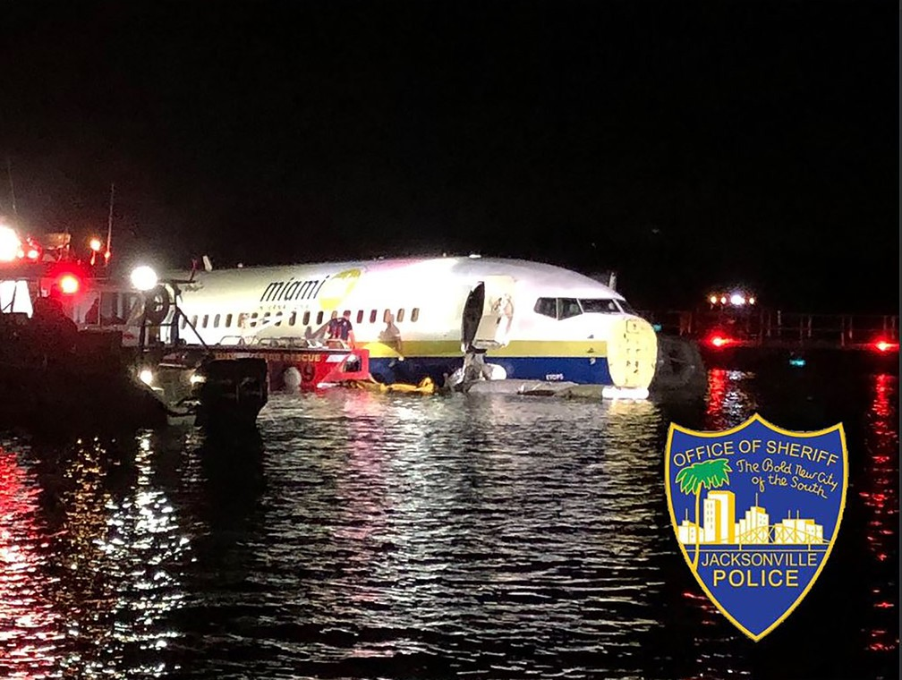 Avião com 136 passageiros sai da pista e cai no rio  St. John, na Flórida — Foto: HO / Jacksonville, Florida Sheriff's Office / AFP