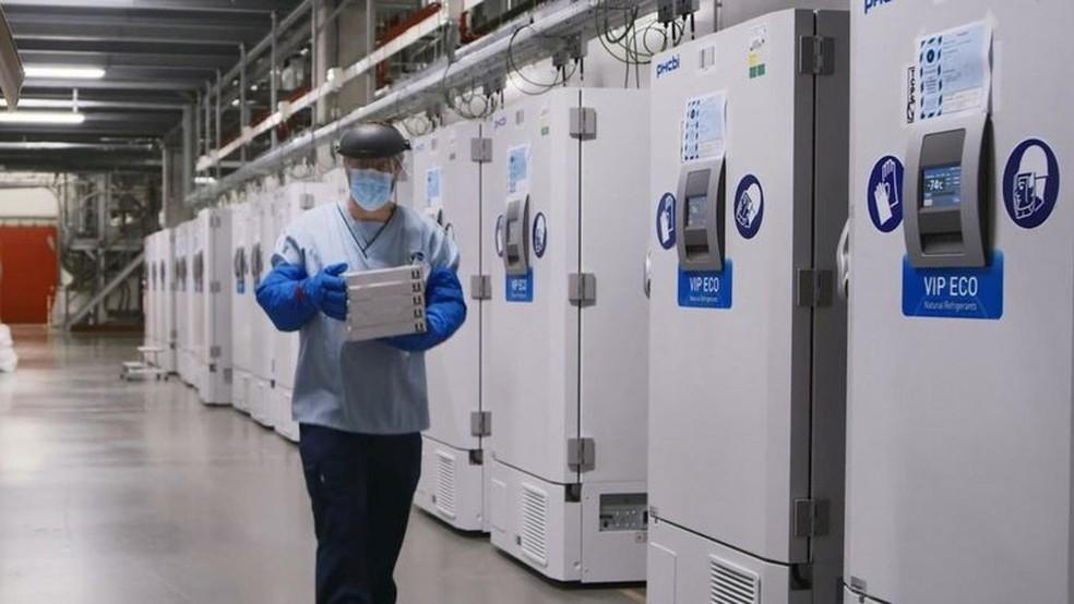 Instalação da Pfizer na Bélgica; estudos apontam que vacina tem eficácia de cerca de 95% para prevenir quadros de Covid-19. — Foto: Reuters