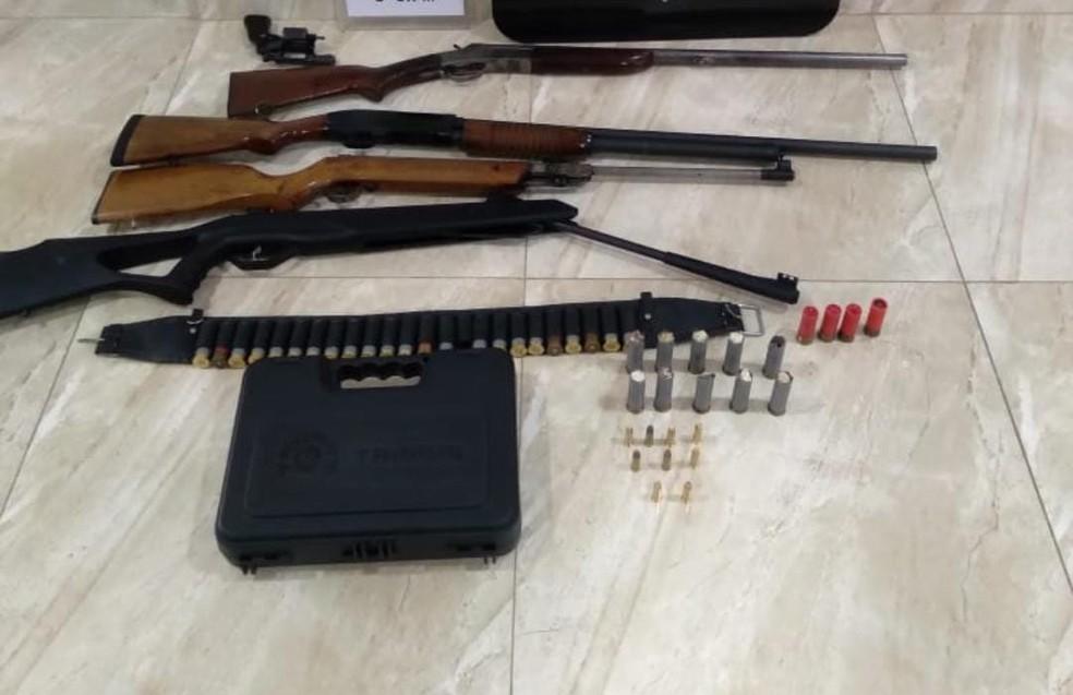 Armas foram aprendidas na casa do suspeito, em Guamiranga — Foto: Divulgação/PCPR
