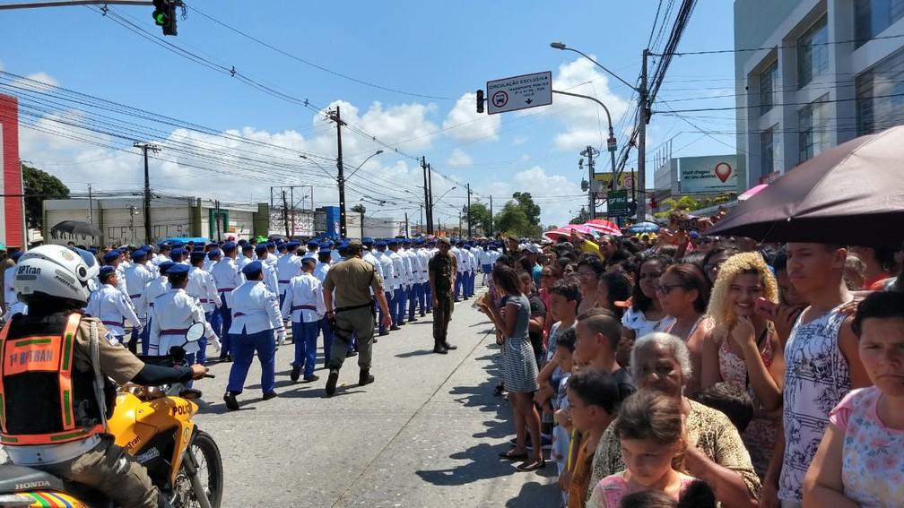 Desfile cívico-militar é acompanhado pela população na Zona Sul do Recife, nesta sexta-feira (7) (Foto: Wanessa Andrade/GloboNews)